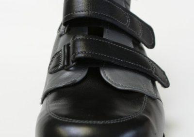 Schaftschuh, schwarz/grau mit seitlicher Verzierung, Klettverschluss