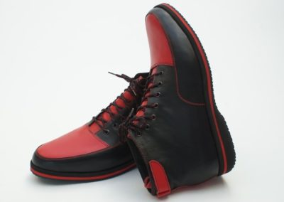 Rot-schwarzer Knöchelschuh mit Kletterverschluss über Ferse