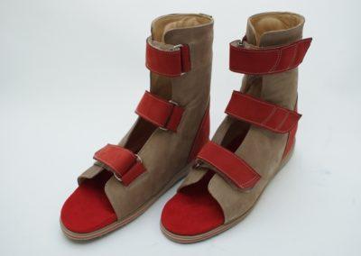 Orthopädische Sandale nach Maß in Rot-Beige