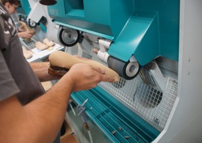 Auch die Einlage wird an der Schleifmaschine in Form gebracht