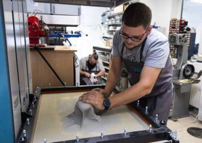 Durch Vakuum werden die thermisch verformbaren Materialien aufgebracht
