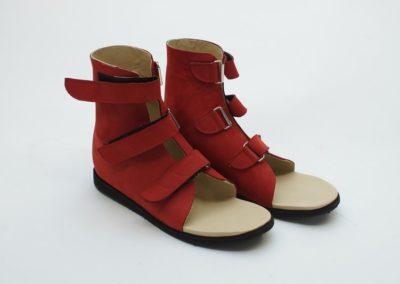 Kompakte Sandalen aus rotem Nubuk mit Sprunggelenks-Versteifung