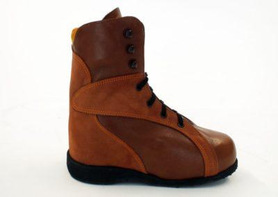 Sportlicher Schuh mit weitem Einstieg und Schnürung