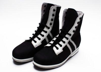Sportlicher hoher orthopädischer Schuh in Schwarz-Weiß-Optik
