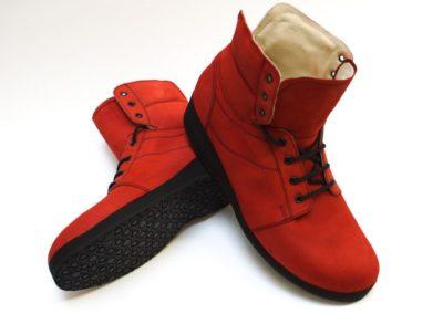 Moderner knöchelhoher Sneaker in rotem Rauhleder