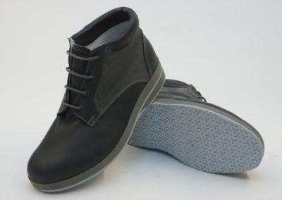 Moderner knöchelhoher Schuh in Rauh- und Glattleder-Kombination