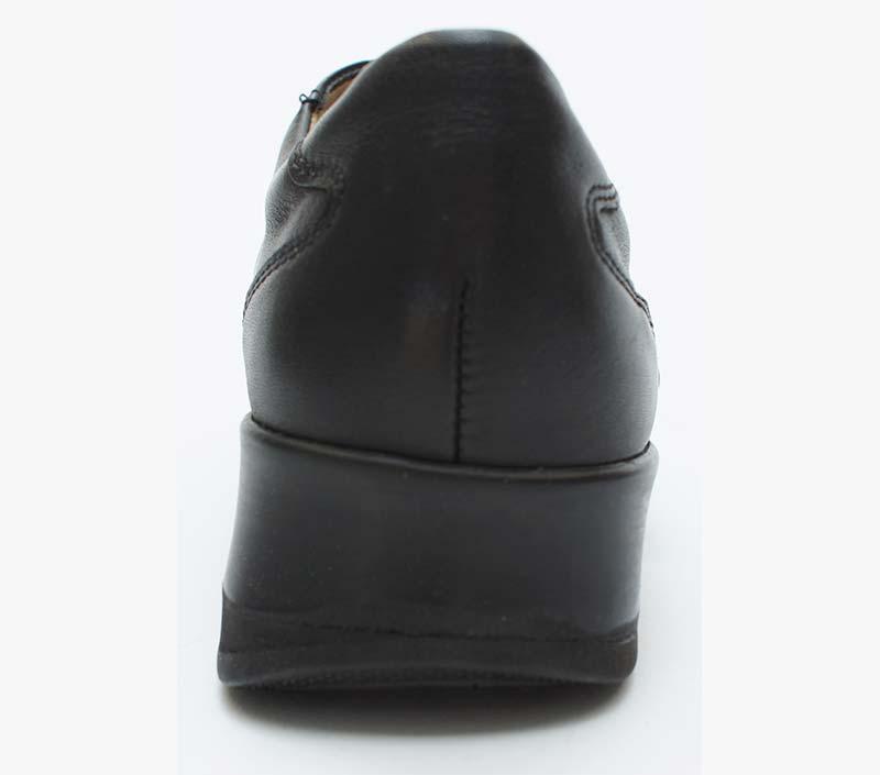 Bei Kniebeschwerden kann die Sohle von Schuhen schräg gestellt werden