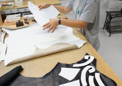 Da Leder ein Naturprodukt ist muss die Einteilung der einzelnen Teile genau durchgeführt werden