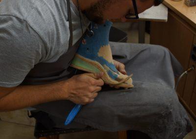 Die Brandsohle aus Leder wird genau auf Maß geschnitten