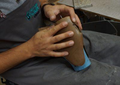 Etwaige Versteifungen (die Hinterkappe) aus Leder werden am Leisten angeformt