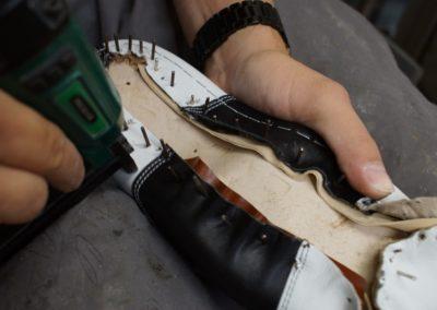 Bevor die Nägel gezogen werden wird das Oberteil am Leisten festgeklammert