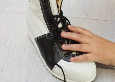 Die eingebauten Einlagen werden überzogen, der Schuh gereinigt und geputzt