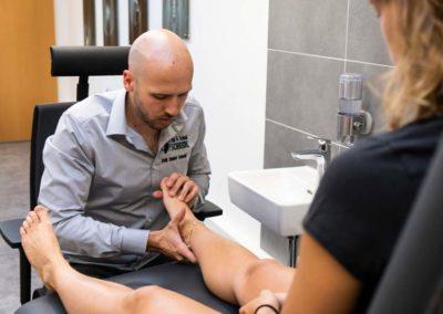 Daniel Scheidl bei der genauen Untersuchung aller Fußgelenke