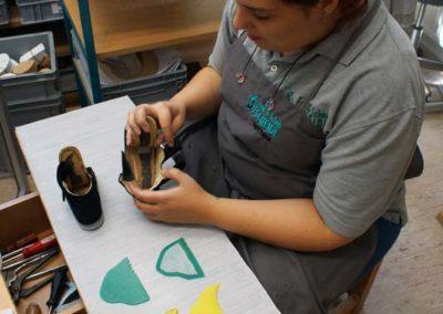 Der Schuh wird zunächst zerlegt und alle Einbauteile vorbereitet