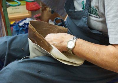 Die Hinterkappe wird mit speziellem Kleber in das Oberteil eingepasst