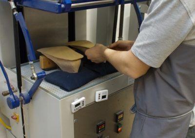 Die erste Materialschicht wird mit einem Vakuum tiefgezogen