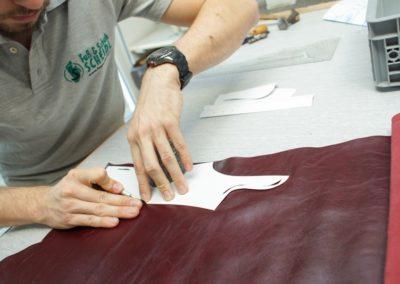 Mit dem Muster werden dann alle Teile aus dem Leder passgenau geschnitten
