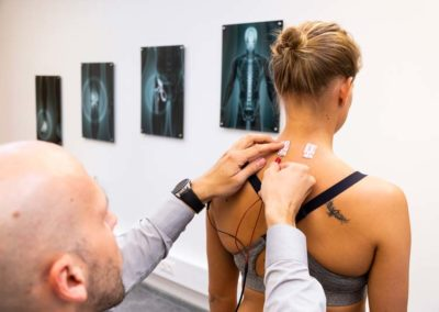 Mithilfe eines EMG-Gerätes messen wir die Muskelspannung entlang der Wirbelsäule
