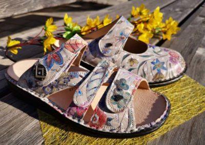 Frühlingshaftes Dekorleder bei Finn-Pantoffeln und -Töfflern