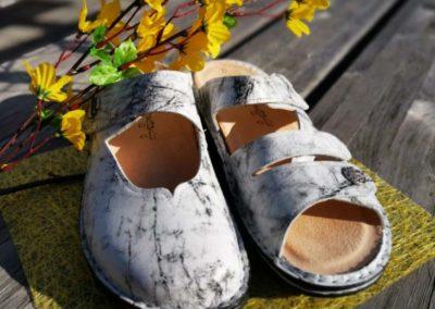 Frühlings-Dekorleder bei Finn-Pantoffeln und -Töfflern